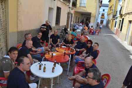 El grupo reunido sentados en un bar de Fuentelencina. Día 31/08/2.013