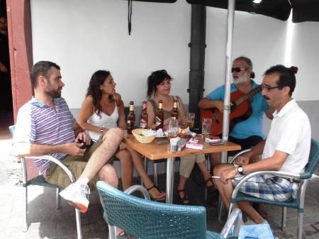 006 Día 24/08/2.013 De Izquierda a derecha Fernando Felipe, su hermana Masé Felipe, Cany Cabrera, Fran Medina ( a la guitarra) y Jose Sosvilla. Muy buenos amigos y músicos. https://www.facebook.com/photo.php?v=571353202917808&set=o.193503374008946&type=3